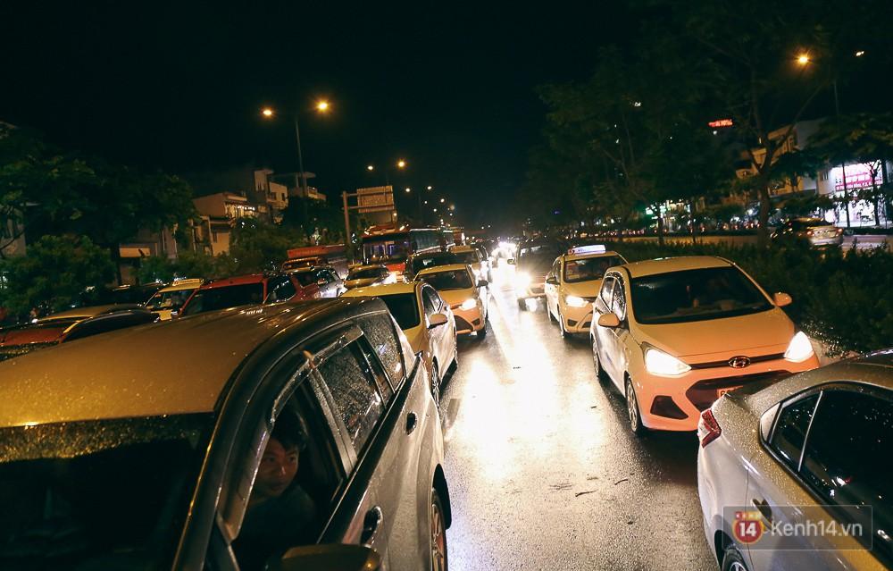 Sài Gòn mưa lớn trước bão số 14, cửa ngõ sân bay Tân Sơn Nhất kẹt xe kinh hoàng 17