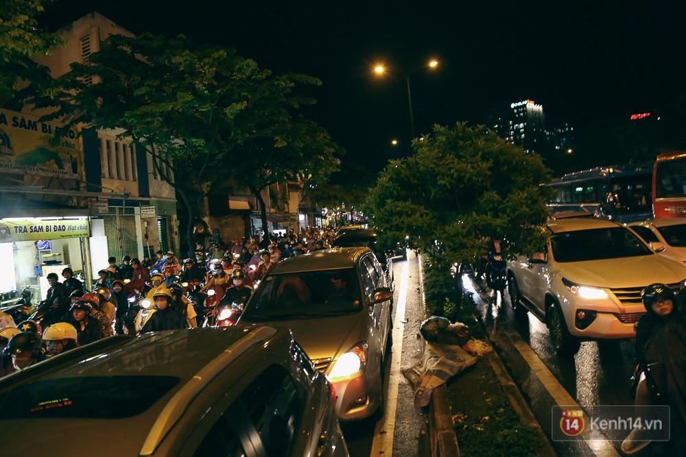 Sài Gòn mưa lớn trước bão số 14, cửa ngõ sân bay Tân Sơn Nhất kẹt xe kinh hoàng 18