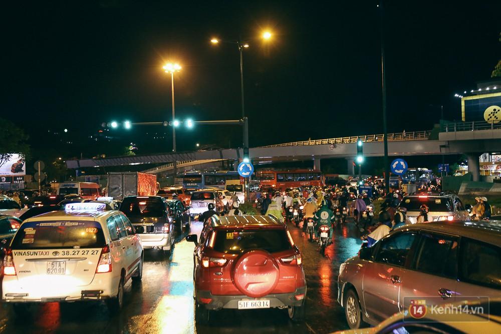 Sài Gòn mưa lớn trước bão số 14, cửa ngõ sân bay Tân Sơn Nhất kẹt xe kinh hoàng 12