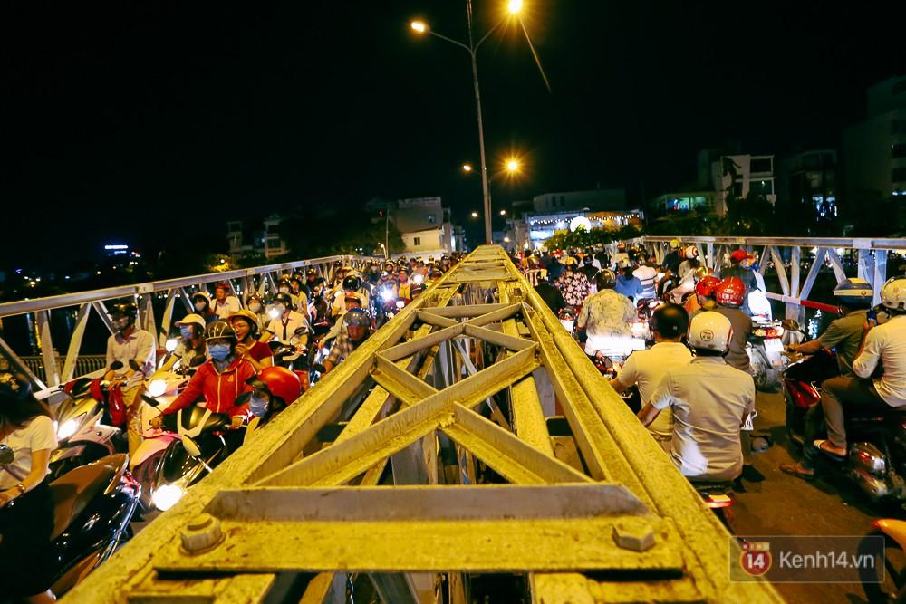 Nghịch lý kỳ lạ ở Sài Gòn: 2 cây cầu song song, người dân chen chúc đến kẹt xe trên cây cầu sắt cũ và hẹp - Ảnh 18.