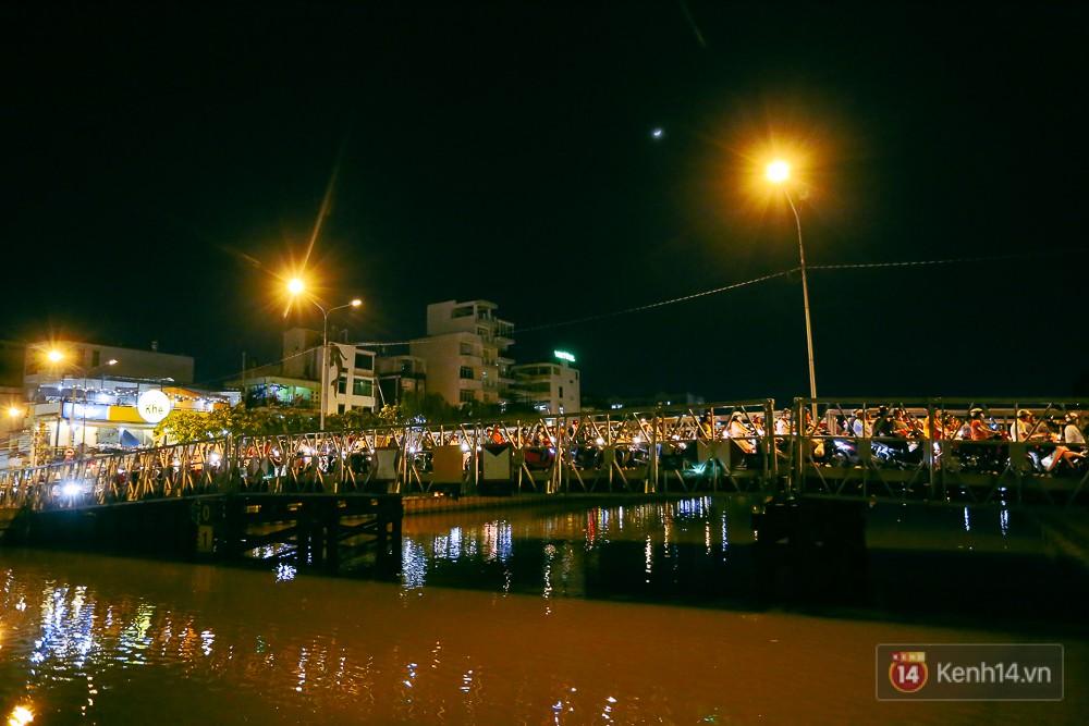Nghịch lý kỳ lạ ở Sài Gòn: 2 cây cầu song song, người dân chen chúc đến kẹt xe trên cây cầu sắt cũ và hẹp - Ảnh 11.
