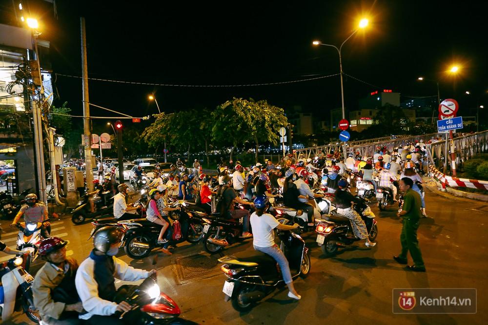 Nghịch lý kỳ lạ ở Sài Gòn: 2 cây cầu song song, người dân chen chúc đến kẹt xe trên cây cầu sắt cũ và hẹp - Ảnh 14.