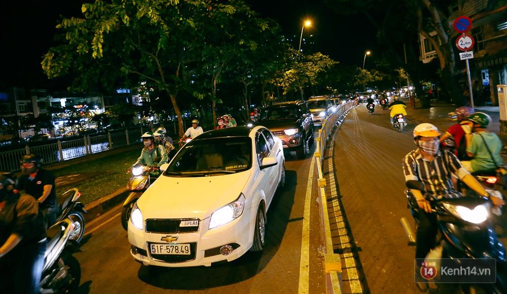 Nghịch lý kỳ lạ ở Sài Gòn: 2 cây cầu song song, người dân chen chúc đến kẹt xe trên cây cầu sắt cũ và hẹp - Ảnh 17.