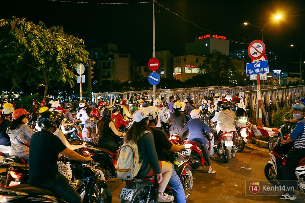 Nghịch lý kỳ lạ ở Sài Gòn: 2 cây cầu song song, người dân chen chúc đến kẹt xe trên cây cầu sắt cũ và hẹp - Ảnh 6.