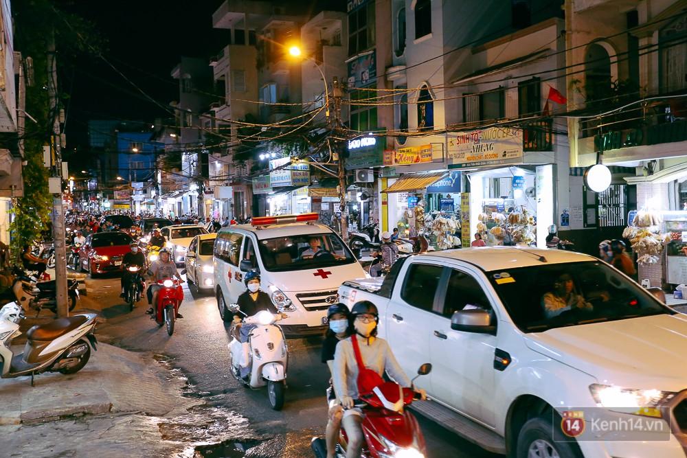Nghịch lý kỳ lạ ở Sài Gòn: 2 cây cầu song song, người dân chen chúc đến kẹt xe trên cây cầu sắt cũ và hẹp - Ảnh 16.