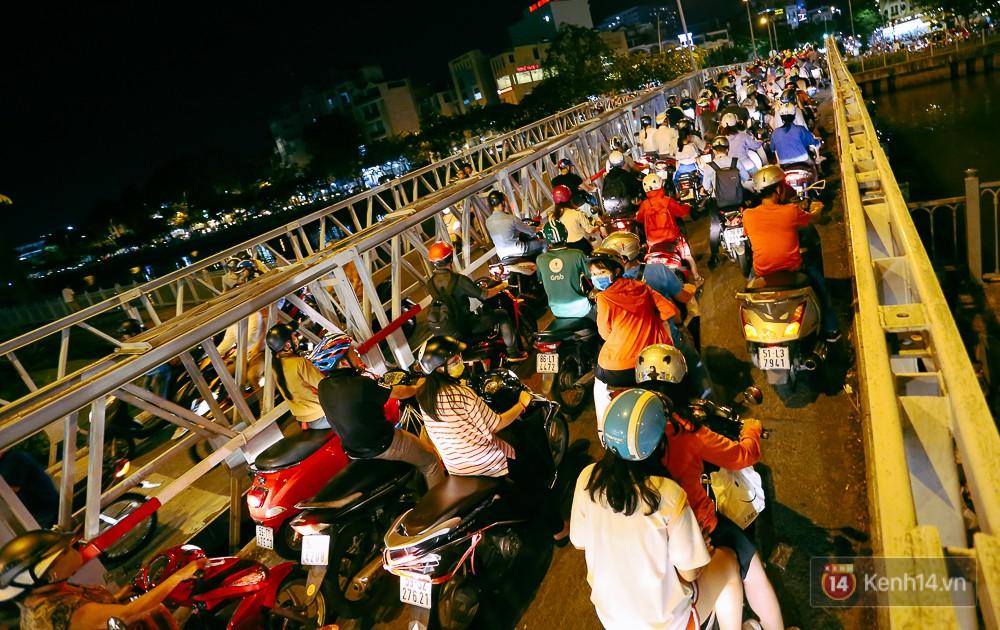 Nghịch lý kỳ lạ ở Sài Gòn: 2 cây cầu song song, người dân chen chúc đến kẹt xe trên cây cầu sắt cũ và hẹp - Ảnh 9.