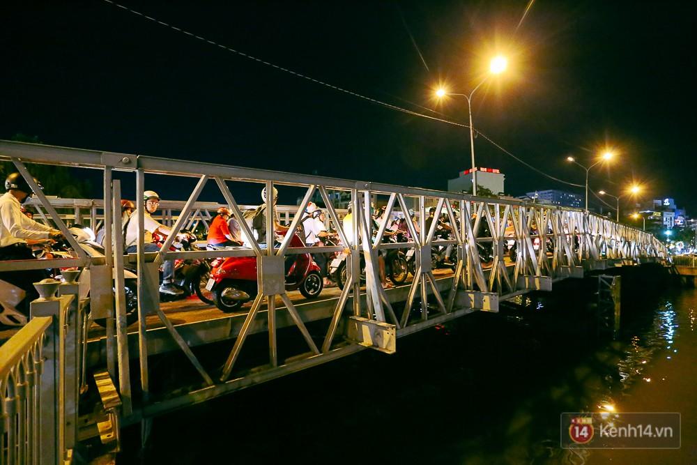 Nghịch lý kỳ lạ ở Sài Gòn: 2 cây cầu song song, người dân chen chúc đến kẹt xe trên cây cầu sắt cũ và hẹp - Ảnh 8.