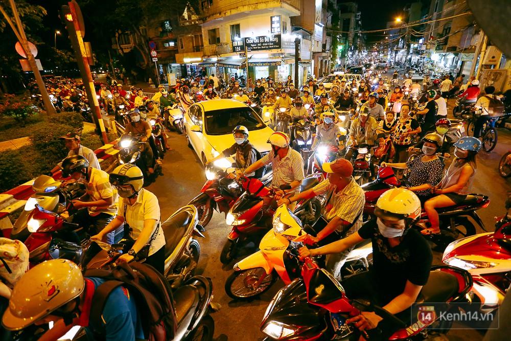 Nghịch lý kỳ lạ ở Sài Gòn: 2 cây cầu song song, người dân chen chúc đến kẹt xe trên cây cầu sắt cũ và hẹp - Ảnh 12.