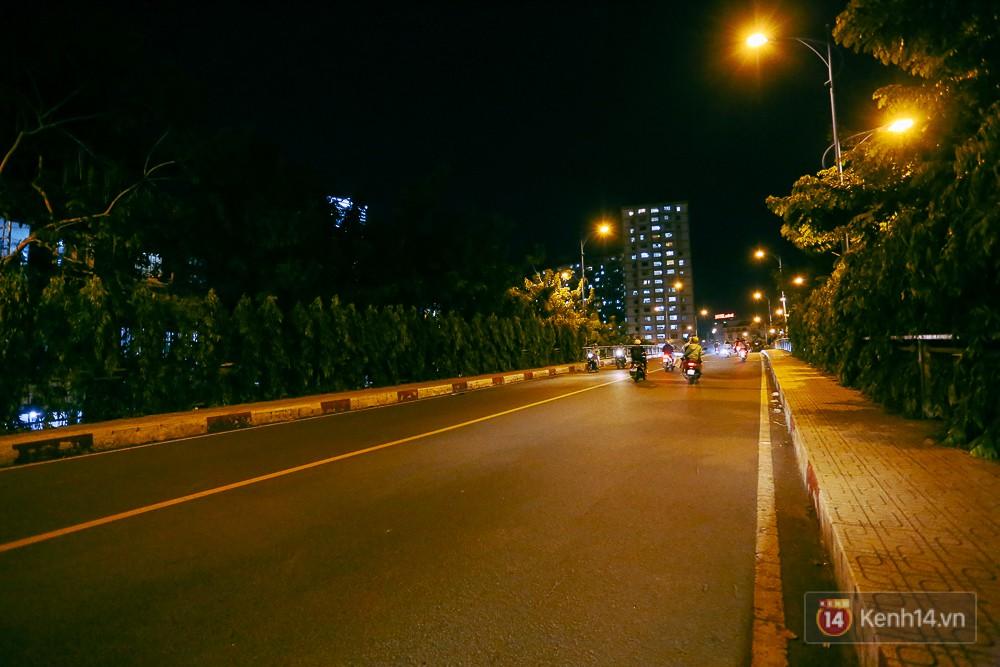 Nghịch lý kỳ lạ ở Sài Gòn: 2 cây cầu song song, người dân chen chúc đến kẹt xe trên cây cầu sắt cũ và hẹp - Ảnh 10.