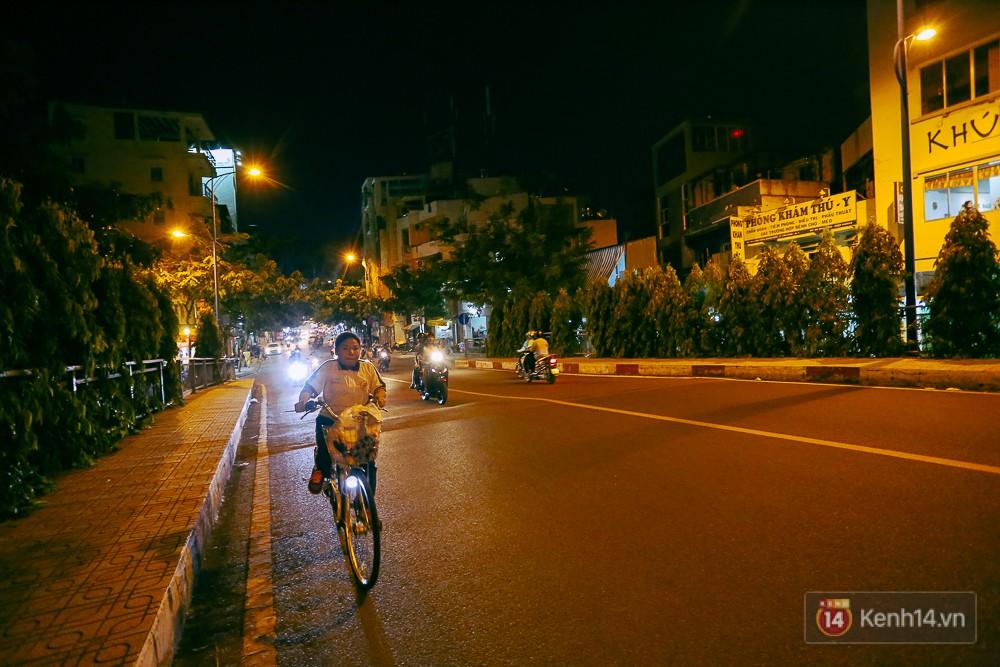 Nghịch lý kỳ lạ ở Sài Gòn: 2 cây cầu song song, người dân chen chúc đến kẹt xe trên cây cầu sắt cũ và hẹp - Ảnh 13.