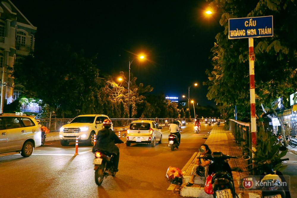Nghịch lý kỳ lạ ở Sài Gòn: 2 cây cầu song song, người dân chen chúc đến kẹt xe trên cây cầu sắt cũ và hẹp - Ảnh 7.