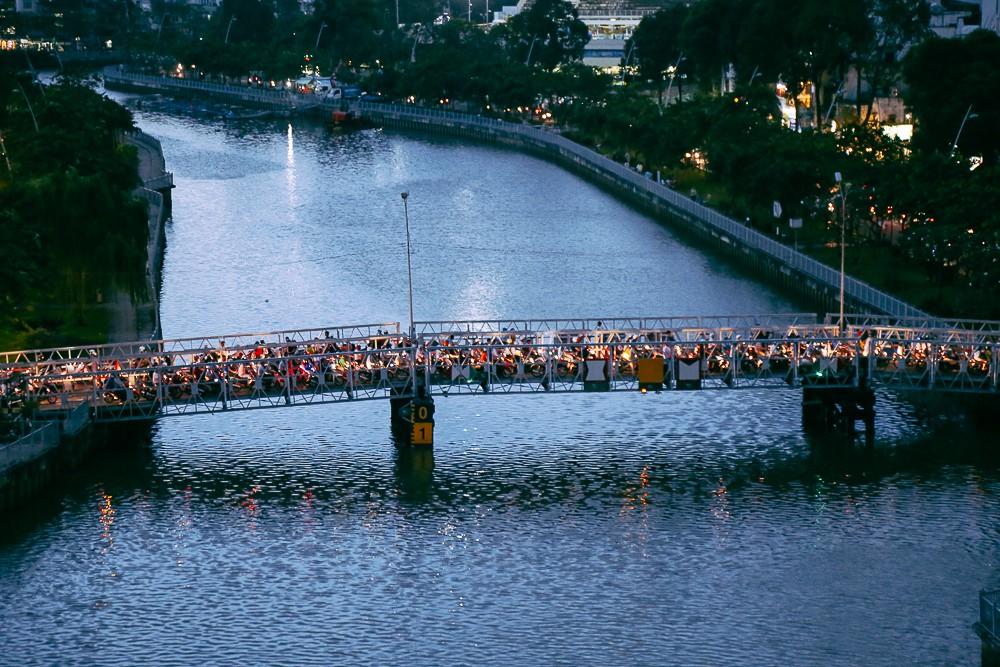 Nghịch lý kỳ lạ ở Sài Gòn: 2 cây cầu song song, người dân chen chúc đến kẹt xe trên cây cầu sắt cũ và hẹp - Ảnh 2.