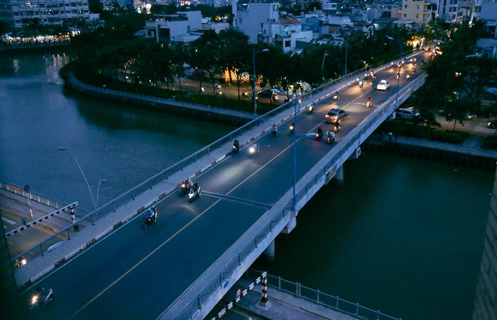 Nghịch lý kỳ lạ ở Sài Gòn: 2 cây cầu song song, người dân chen chúc đến kẹt xe trên cây cầu sắt cũ và hẹp - Ảnh 4.
