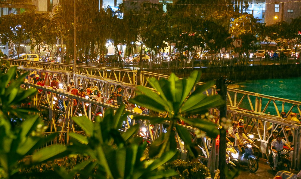 Nghịch lý kỳ lạ ở Sài Gòn: 2 cây cầu song song, người dân chen chúc đến kẹt xe trên cây cầu sắt cũ và hẹp - Ảnh 3.