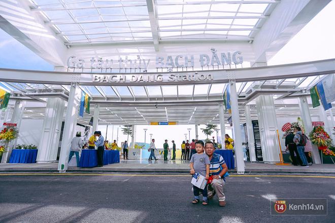 Tuyến buýt đường sông đầu tiên chính thức khai trương ở Sài Gòn, hàng trăm người dân háo hức xếp hàng trật tự lên tàu du ngoạn - Ảnh 3.
