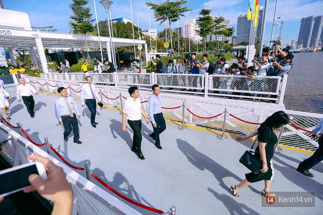 Tuyến buýt đường sông đầu tiên chính thức khai trương ở Sài Gòn, hàng trăm người dân háo hức xếp hàng trật tự lên tàu du ngoạn - Ảnh 7.