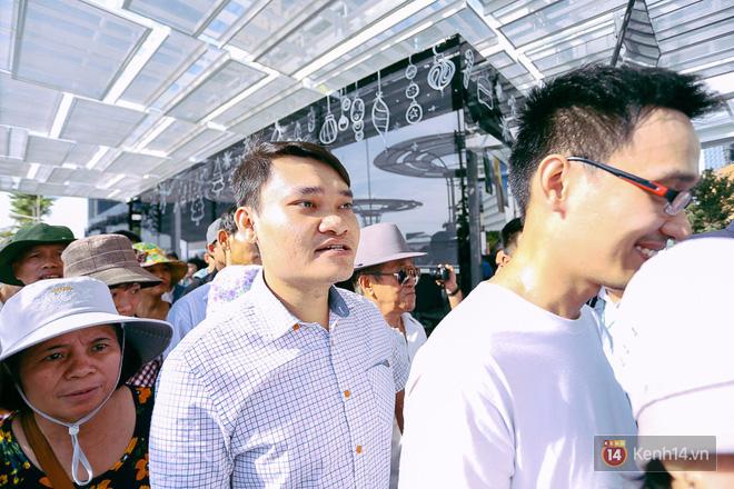 Tuyến buýt đường sông đầu tiên chính thức khai trương ở Sài Gòn, hàng trăm người dân háo hức xếp hàng trật tự lên tàu du ngoạn - Ảnh 10.
