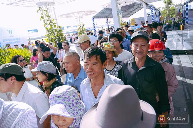 Tuyến buýt đường sông đầu tiên chính thức khai trương ở Sài Gòn, hàng trăm người dân háo hức xếp hàng trật tự lên tàu du ngoạn - Ảnh 9.