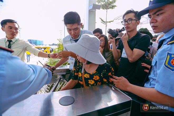 Tuyến buýt đường sông đầu tiên chính thức khai trương ở Sài Gòn, hàng trăm người dân háo hức xếp hàng trật tự lên tàu du ngoạn - Ảnh 13.
