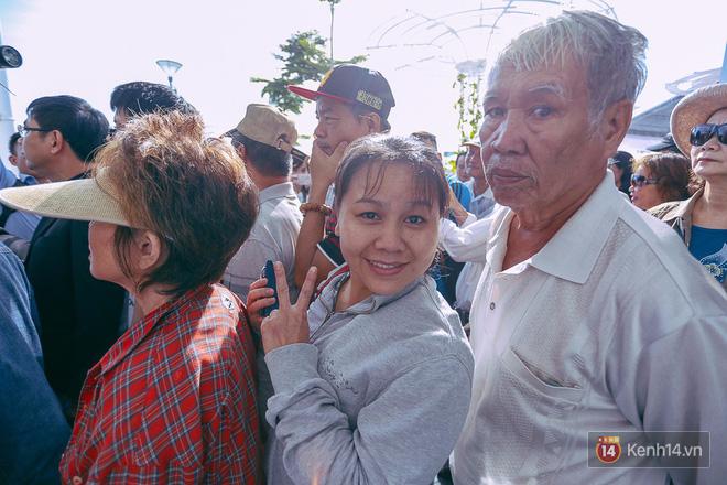 Tuyến buýt đường sông đầu tiên chính thức khai trương ở Sài Gòn, hàng trăm người dân háo hức xếp hàng trật tự lên tàu du ngoạn - Ảnh 12.