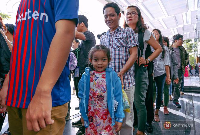 Tuyến buýt đường sông đầu tiên chính thức khai trương ở Sài Gòn, hàng trăm người dân háo hức xếp hàng trật tự lên tàu du ngoạn - Ảnh 11.