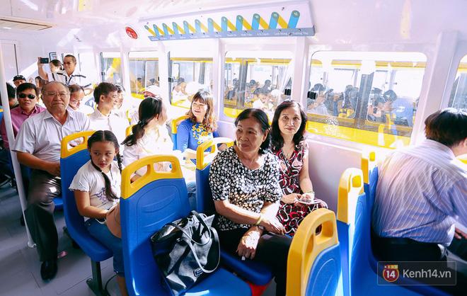 Tuyến buýt đường sông đầu tiên chính thức khai trương ở Sài Gòn, hàng trăm người dân háo hức xếp hàng trật tự lên tàu du ngoạn - Ảnh 19.