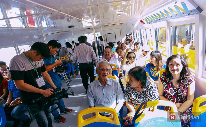 Tuyến buýt đường sông đầu tiên chính thức khai trương ở Sài Gòn, hàng trăm người dân háo hức xếp hàng trật tự lên tàu du ngoạn - Ảnh 18.
