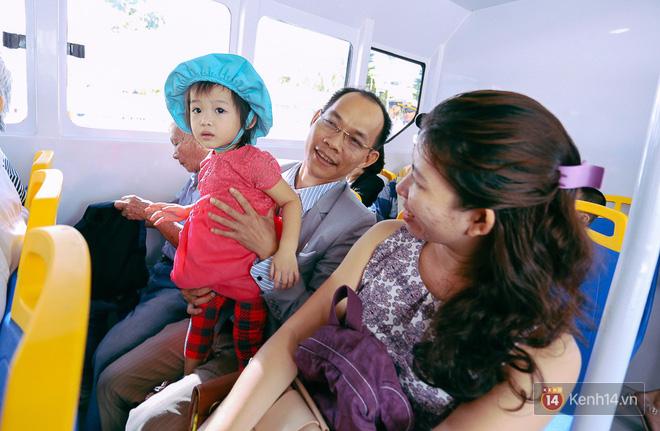 Tuyến buýt đường sông đầu tiên chính thức khai trương ở Sài Gòn, hàng trăm người dân háo hức xếp hàng trật tự lên tàu du ngoạn - Ảnh 17.