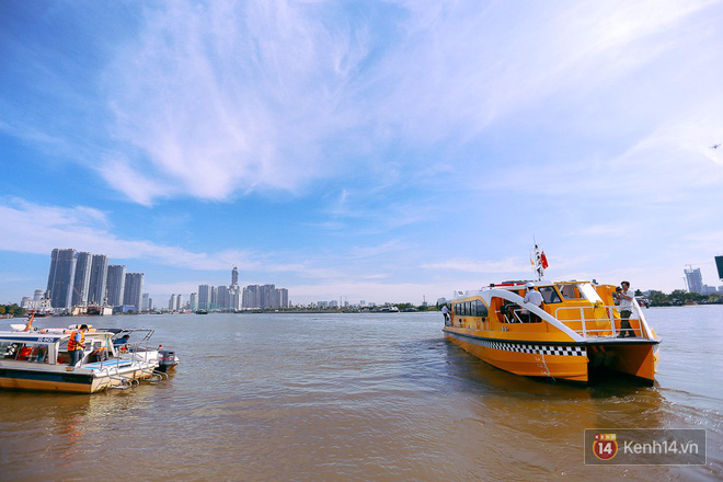 Tuyến buýt đường sông đầu tiên chính thức khai trương ở Sài Gòn, hàng trăm người dân háo hức xếp hàng trật tự lên tàu du ngoạn - Ảnh 20.