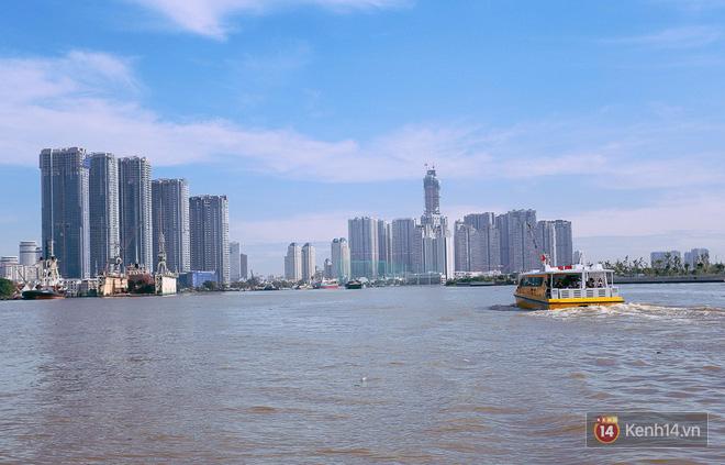 Tuyến buýt đường sông đầu tiên chính thức khai trương ở Sài Gòn, hàng trăm người dân háo hức xếp hàng trật tự lên tàu du ngoạn - Ảnh 21.