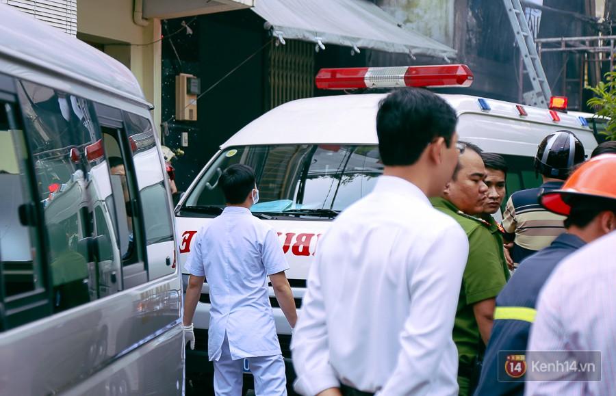 Cận cảnh hiện trường vụ cháy kinh hoàng ở Sài Gòn: Cảnh sát PCCC buồn đau vì không cứu được 3 mẹ con - Ảnh 3.