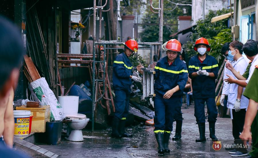 Cận cảnh hiện trường vụ cháy kinh hoàng ở Sài Gòn: Cảnh sát PCCC buồn đau vì không cứu được 3 mẹ con - Ảnh 6.
