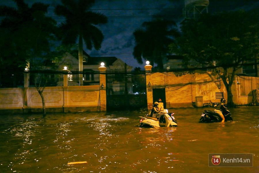 """Khu nhà giàu ở Sài Gòn """"tê liệt"""" vì triều cường đạt đỉnh, dân đi ô tô phải chui cửa sổ ra ngoài vì nước ngập tới ca pô - Ảnh 2."""