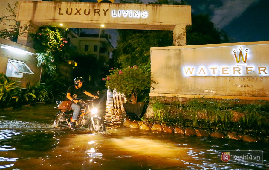 """Khu nhà giàu ở Sài Gòn """"tê liệt"""" vì triều cường đạt đỉnh, dân đi ô tô phải chui cửa sổ ra ngoài vì nước ngập tới ca pô - Ảnh 5."""