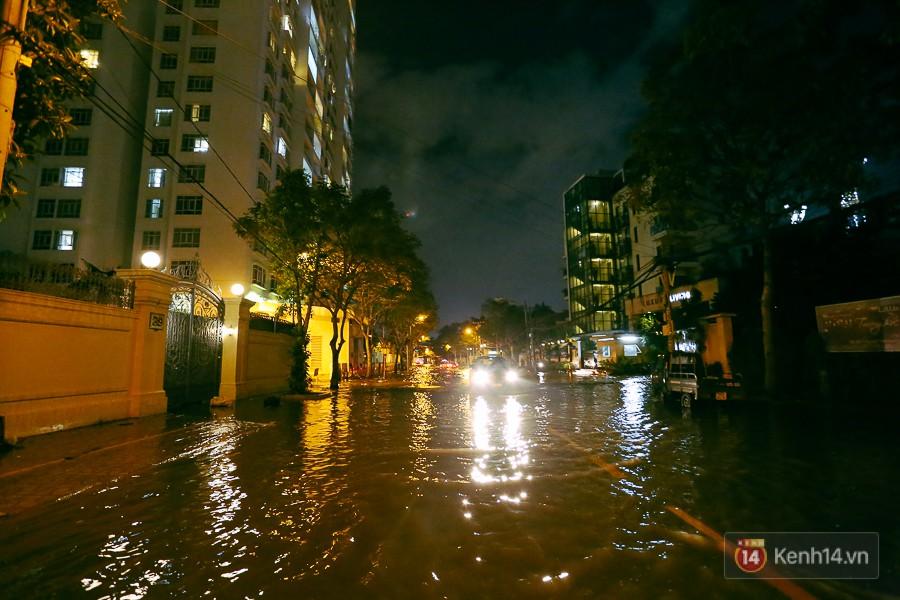 """Khu nhà giàu ở Sài Gòn """"tê liệt"""" vì triều cường đạt đỉnh, dân đi ô tô phải chui cửa sổ ra ngoài vì nước ngập tới ca pô - Ảnh 4."""