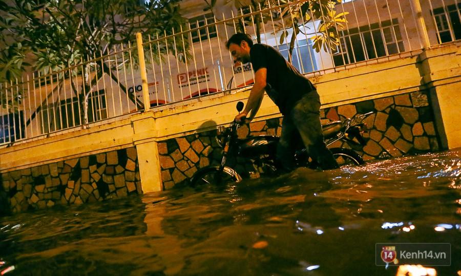 """Khu nhà giàu ở Sài Gòn """"tê liệt"""" vì triều cường đạt đỉnh, dân đi ô tô phải chui cửa sổ ra ngoài vì nước ngập tới ca pô - Ảnh 7."""