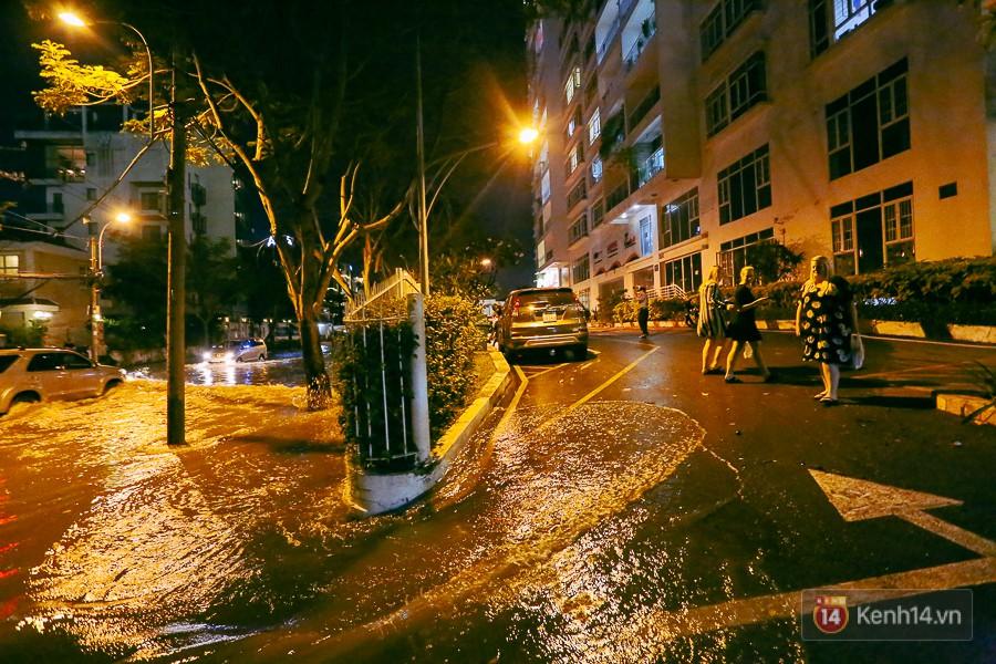 """Khu nhà giàu ở Sài Gòn """"tê liệt"""" vì triều cường đạt đỉnh, dân đi ô tô phải chui cửa sổ ra ngoài vì nước ngập tới ca pô - Ảnh 8."""