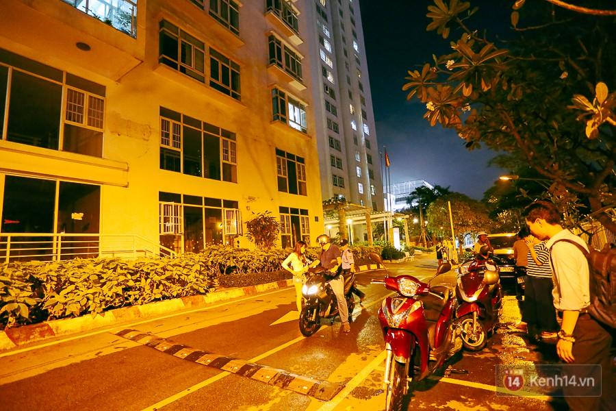 """Khu nhà giàu ở Sài Gòn """"tê liệt"""" vì triều cường đạt đỉnh, dân đi ô tô phải chui cửa sổ ra ngoài vì nước ngập tới ca pô - Ảnh 15."""