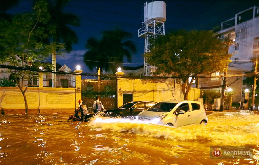 """Khu nhà giàu ở Sài Gòn """"tê liệt"""" vì triều cường đạt đỉnh, dân đi ô tô phải chui cửa sổ ra ngoài vì nước ngập tới ca pô - Ảnh 10."""