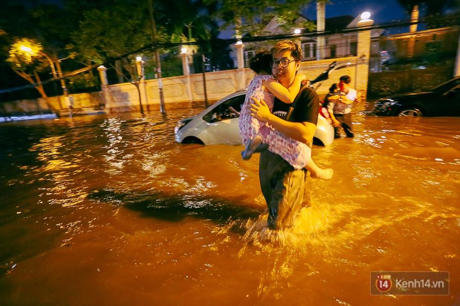 """Khu nhà giàu ở Sài Gòn """"tê liệt"""" vì triều cường đạt đỉnh, dân đi ô tô phải chui cửa sổ ra ngoài vì nước ngập tới ca pô - Ảnh 12."""