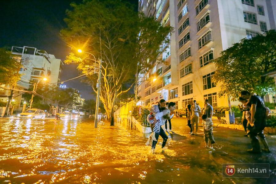 """Khu nhà giàu ở Sài Gòn """"tê liệt"""" vì triều cường đạt đỉnh, dân đi ô tô phải chui cửa sổ ra ngoài vì nước ngập tới ca pô - Ảnh 13."""