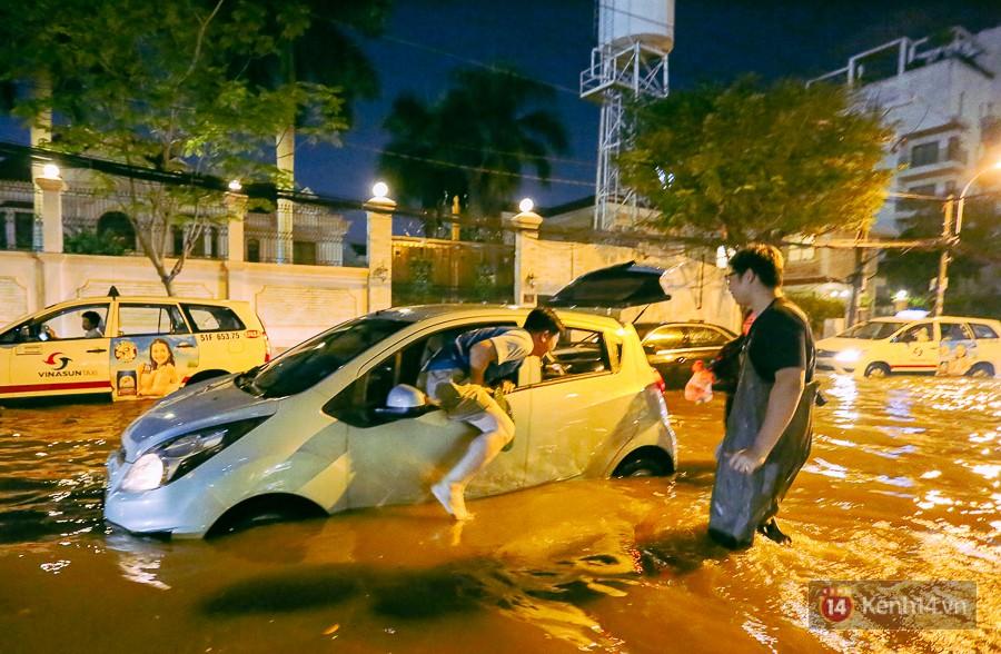 """Khu nhà giàu ở Sài Gòn """"tê liệt"""" vì triều cường đạt đỉnh, dân đi ô tô phải chui cửa sổ ra ngoài vì nước ngập tới ca pô - Ảnh 11."""
