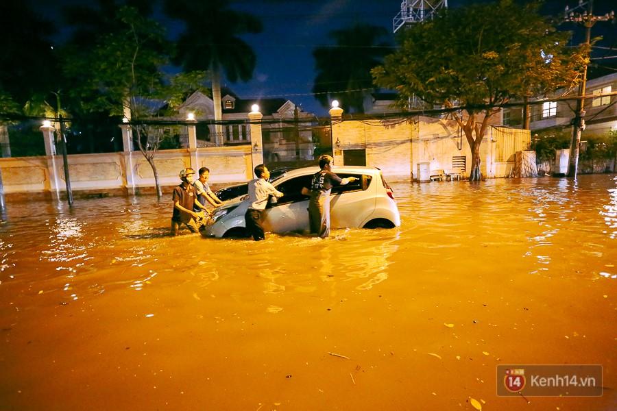 """Khu nhà giàu ở Sài Gòn """"tê liệt"""" vì triều cường đạt đỉnh, dân đi ô tô phải chui cửa sổ ra ngoài vì nước ngập tới ca pô - Ảnh 14."""