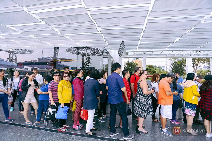 Buýt đường sông ở Sài Gòn cháy vé sau 10 ngày miễn phí, người dân chờ 2 tiếng mới được lên tàu - Ảnh 3.