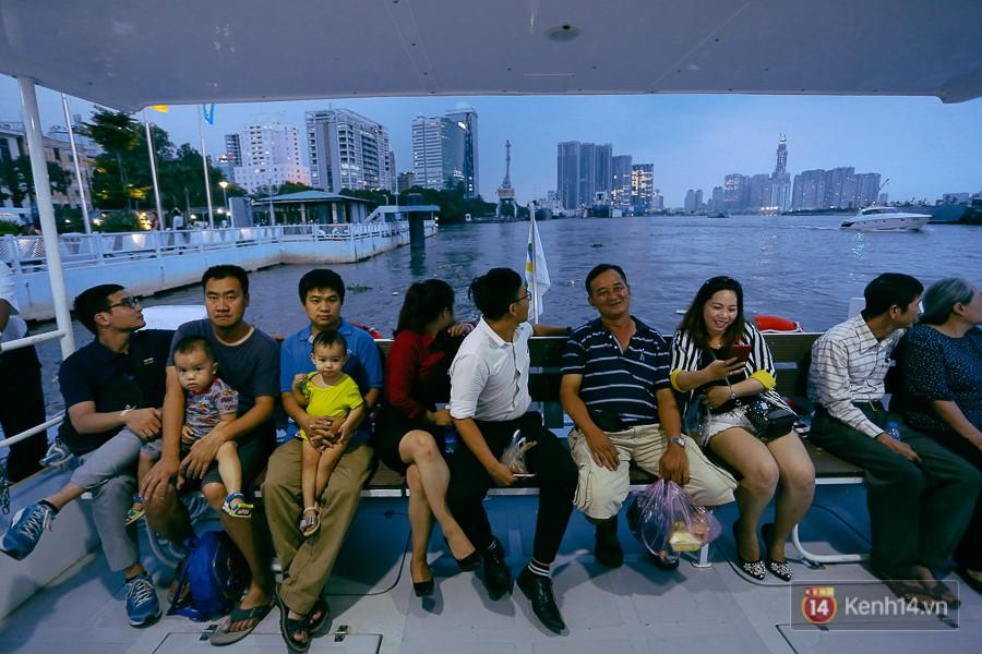 Buýt đường sông ở Sài Gòn cháy vé sau 10 ngày miễn phí, người dân chờ 2 tiếng mới được lên tàu - Ảnh 9.