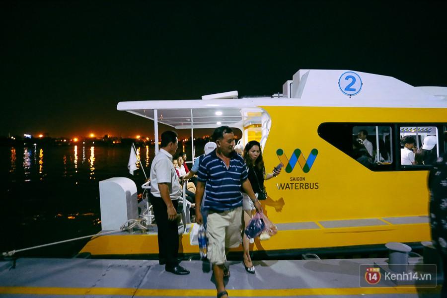 Buýt đường sông ở Sài Gòn cháy vé sau 10 ngày miễn phí, người dân chờ 2 tiếng mới được lên tàu - Ảnh 17.