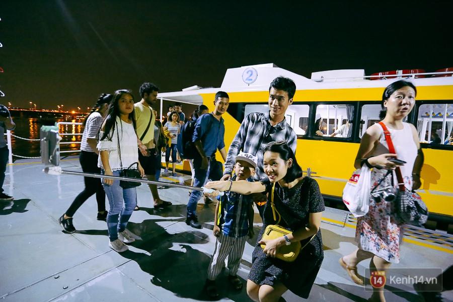 Buýt đường sông ở Sài Gòn cháy vé sau 10 ngày miễn phí, người dân chờ 2 tiếng mới được lên tàu - Ảnh 1.