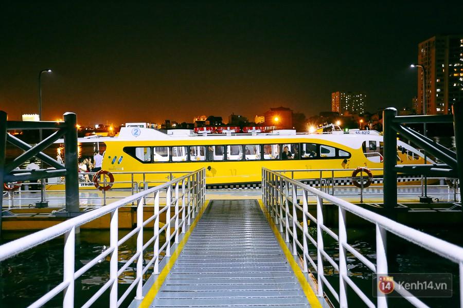 Buýt đường sông ở Sài Gòn cháy vé sau 10 ngày miễn phí, người dân chờ 2 tiếng mới được lên tàu - Ảnh 18.