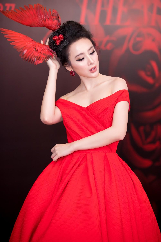 Angela Phương Trinh mang cả tổ chim lên đầu, nổi bật giữa dàn mỹ nhân tuyền màu đỏ của NTK Đỗ Mạnh Cường - Ảnh 3.