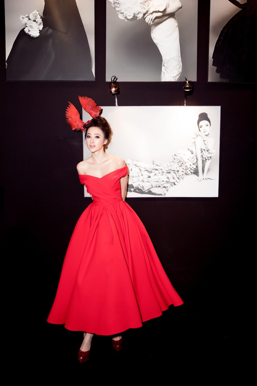 Angela Phương Trinh mang cả tổ chim lên đầu, nổi bật giữa dàn mỹ nhân tuyền màu đỏ của NTK Đỗ Mạnh Cường - Ảnh 4.